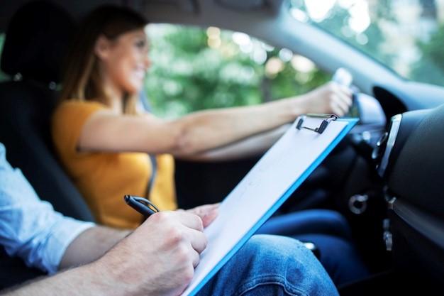 Comment devient-on moniteur de la conduite dans une auto-école
